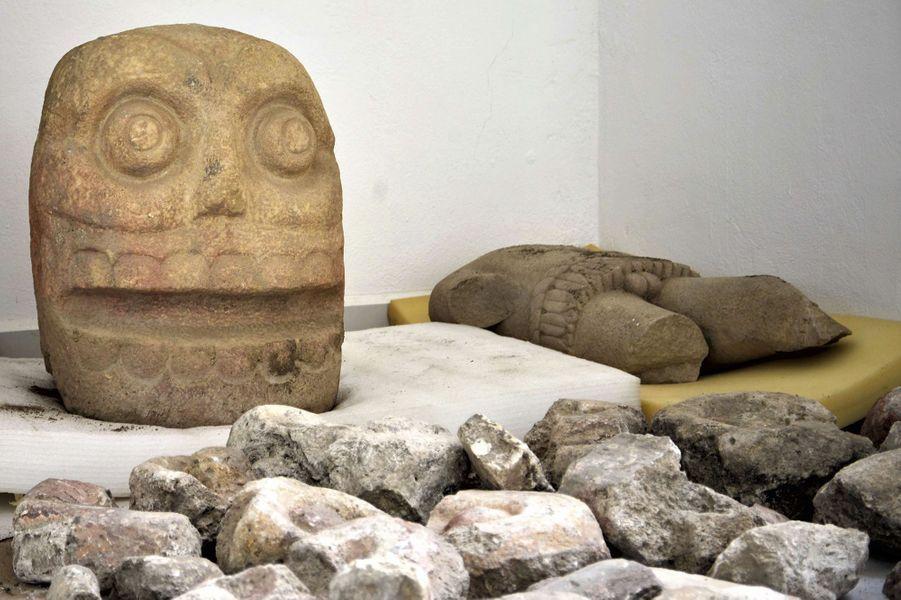 Les sculptures du temple, qui aurait été utilisé entre 1.000 et 1.260 après J.C., représentent deux crânes d'environ 70 centimètres, pesant environ 200 kg, et un buste couvert de peau de sacrifice qui personnifientXipeTotec, dieu associé à la fertilité, à la régénération des cycles agricoles et à la guerre.