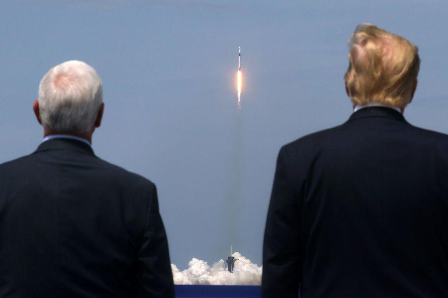 Mike Pence et Donald Trump admirent le décollage réussi