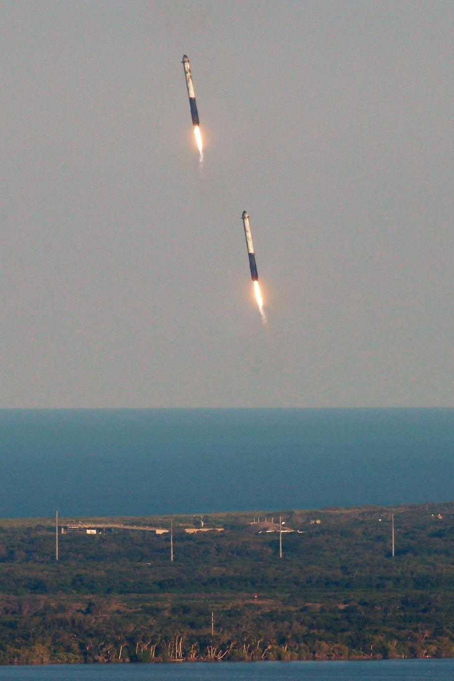 Les deux boosters de Falcon Heavy ont atterri sur Terre après avoir envoyé un satellite dans l'espace.