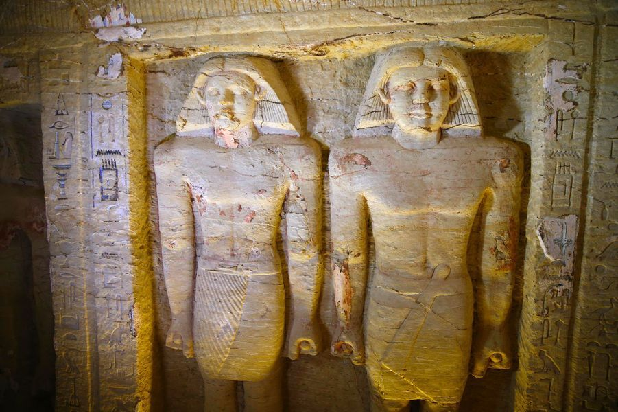 """Dans la tombe du prêtre nommé """"Wahtye"""" contient des scènes montrant le propriétaire de la tombe avec sa mère, sa femme et sa famille, de même qu'un certain nombre de niches avec de grandes statues colorées du défunt et sa famille. 24 statues sont également présentes."""