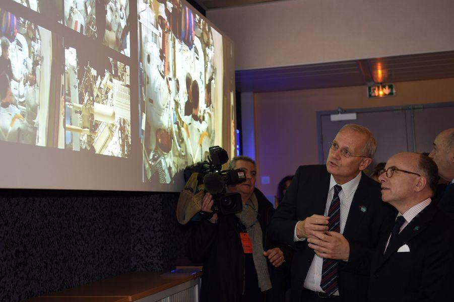 Le Premier ministre Bernard Cazeneuve a assisté à la première sortie dans l'espace de Thomas Pesquet.