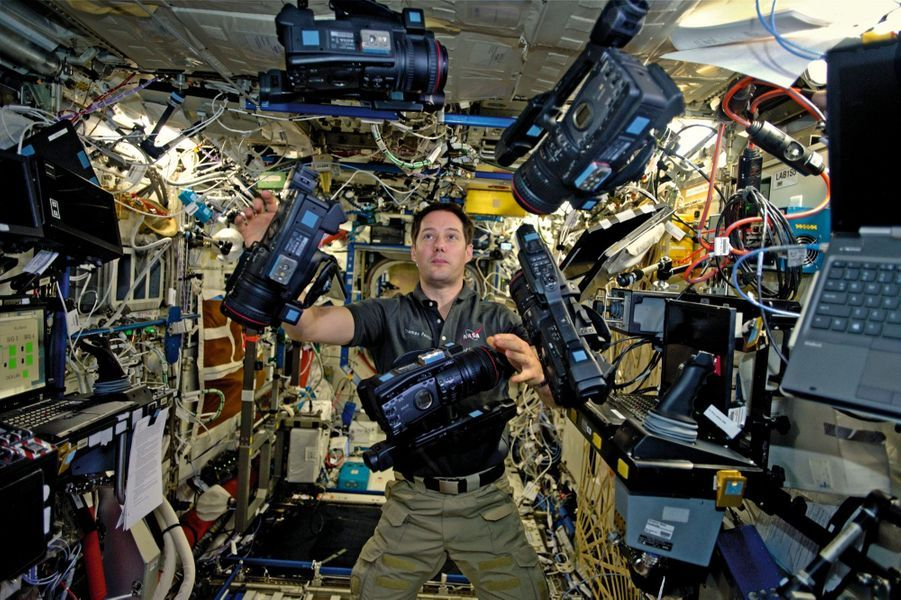 """Commentaire de Thomas : « Ne pas croire qu''il est plus simple de jongler dans l''espace, car rien ne tombe. Chaque chose est """"verrouillée"""" à sa place. Ma chambre sur terre est beaucoup moins bien rangée. »"""