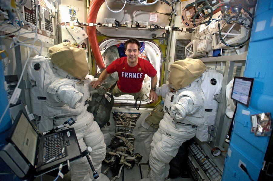 Un vestiaire très spatial : « Deux nouveaux amis. Nous allons devenir très proches. »