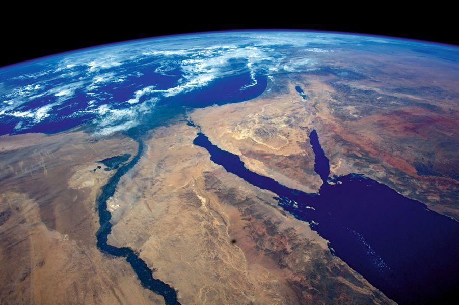 Vu à 300 kilomètres : delta du Nil, Sinaï, mer Rouge. On devrait reconnaître les pyramides.