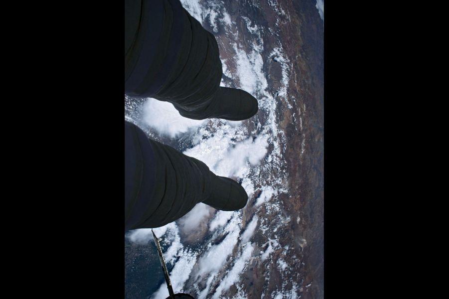 La Terre vue par Thomas Pesquet. Profitant pleinement de cette expérience exceptionnelle, il est devenu un « satellite projeté dans l''espace ».