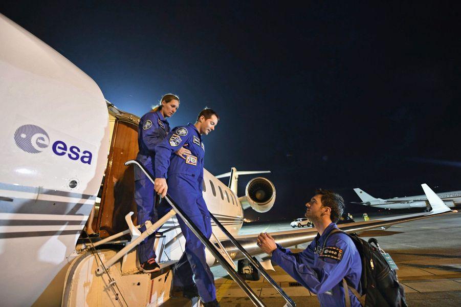 Encore très affaibli, Thomas Pesquet descend difficilement la passerelle de l'avion qui vient de le déposer à Cologne, le 3 juin.