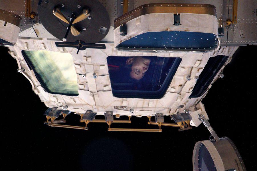 A bord de l'ISS, ultime coup d'œil sur le panorama cosmique avant l'embarquement . Il confie : « La vue va me manquer. »