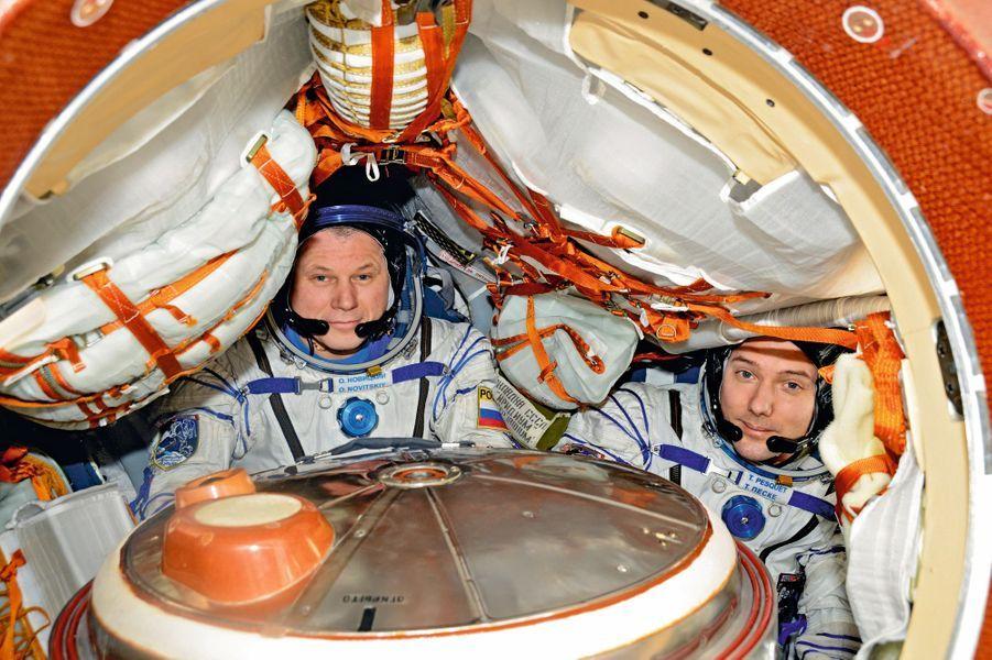 Avec son coéquipier Oleg Novitski (à g.), blottis dans la capsule qui les ramène sur Terre. Le parachute va s'ouvrir à 9 000 mètres