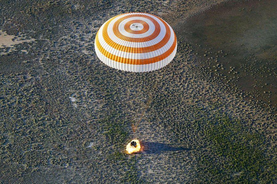 La capsule Soyouz se plante dans le désert du Kazakhstan, le 2 juin. « Un choc comparable à un accident de voiture », expliquera Thomas Pesquet.