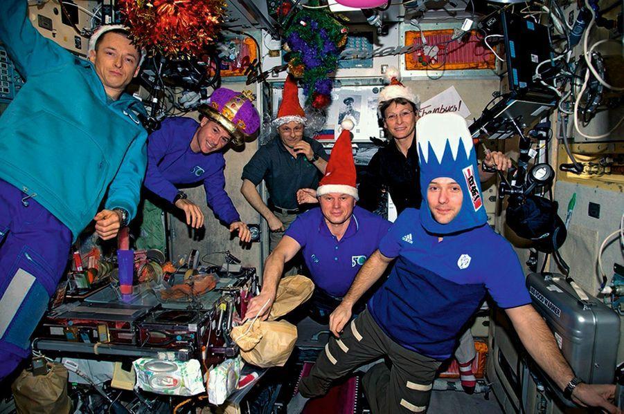 Fiesta le 31 décembre 2016 avec l'équipage franco-américano-russe de l'Expédition 50 : Thomas (chapeau bleu et blanc), les Américains Peggy Whitson et Shane Kimbrough, et les Russes Oleg Novitsky, Andreï Borisenko et Sergeï Ryjikov.