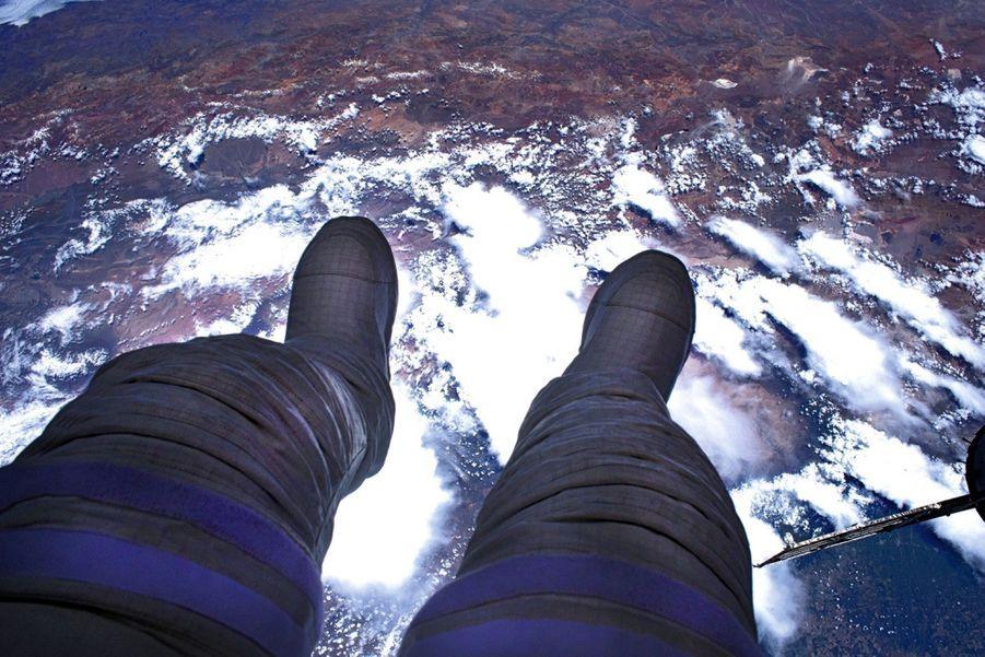 Quatre cents kilomètres de vide, avec la Terre sous ses pieds.
