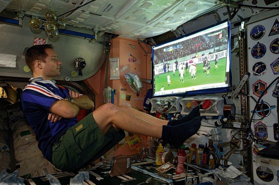 Devant le match de rugby AngleterreFrance, le 4 février, confortablement installé sur un canapé… virtuel.