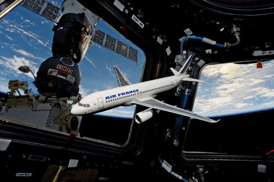 Dans l'ISS, un avion sans pilote. Clin d'œil à celui qui a été commandant de bord d'Air France et instructeur sur Airbus A320 avant de devenir astronaute.