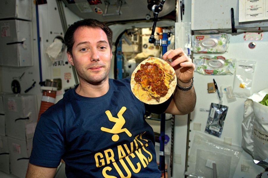 « La gravité, ça craint », poste Thomas le 14 mai. Pratique, pourtant, pour ne pas faire tomber la moutarde de sa tortilla au bœuf déshydraté !