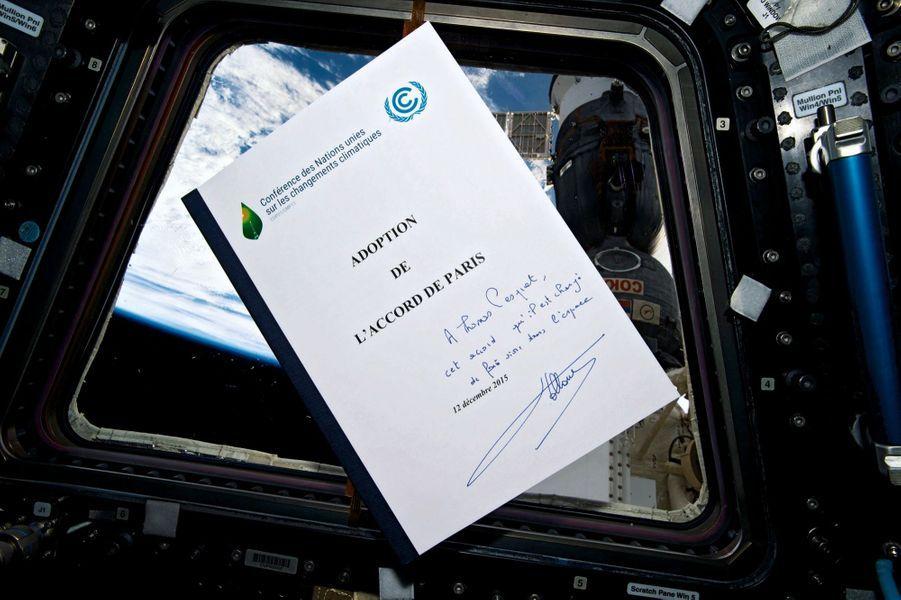 Dans ses bagages, l'accord sur le climat dédicacé par François Hollande. « Depuis l'espace, on voit le réchauff ement climatique, n'en déplaise à certains. »