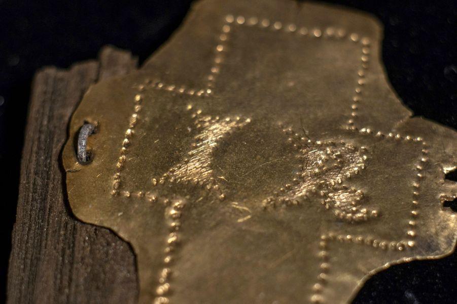 """Sur le coffre qui contenait le clou, une plaque d'or massif où l'on peut lire """"IR"""", initiales latines de Jésus Roi."""