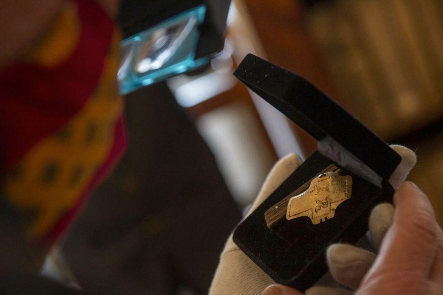 Les archéologues et les historiens étudient actuellement cette relique pour tenter de retracer ses origines et son histoire.