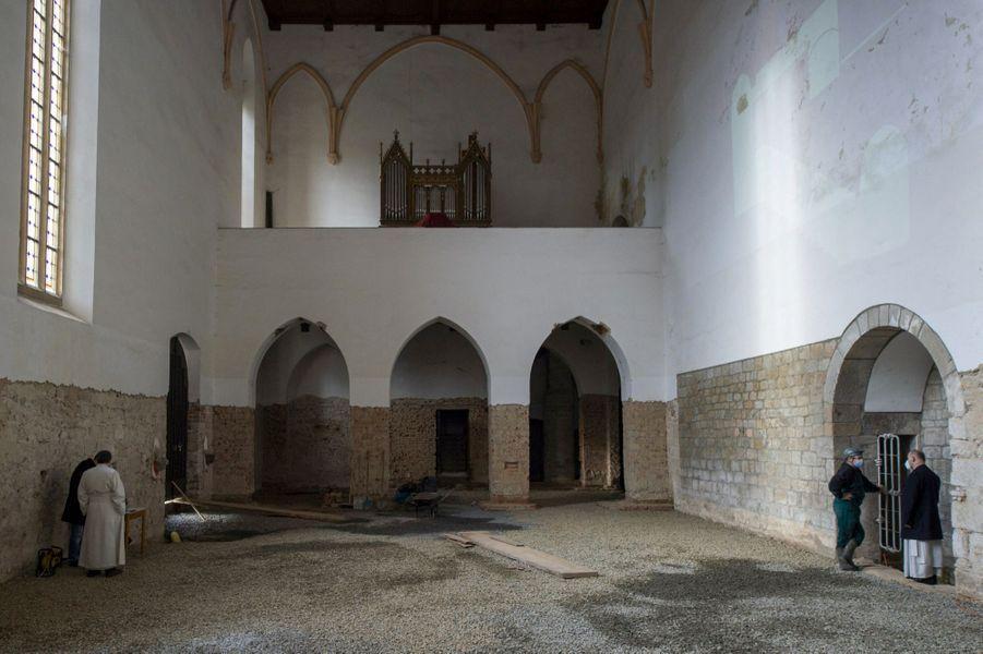 Le passage secret était situé au sommet de la voute de cette vaste salle du monastère.