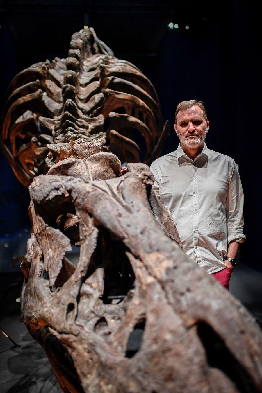 Le squelette de Trix etRonan Allain,commissaire de l'exposition.