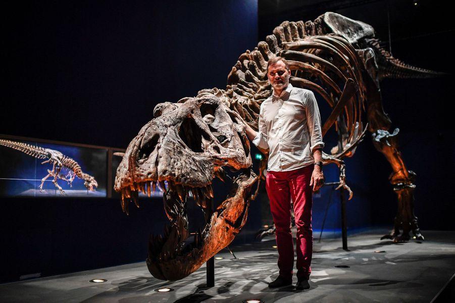 Le squelette de Trix etRonan Allain, commissaire de l'exposition.