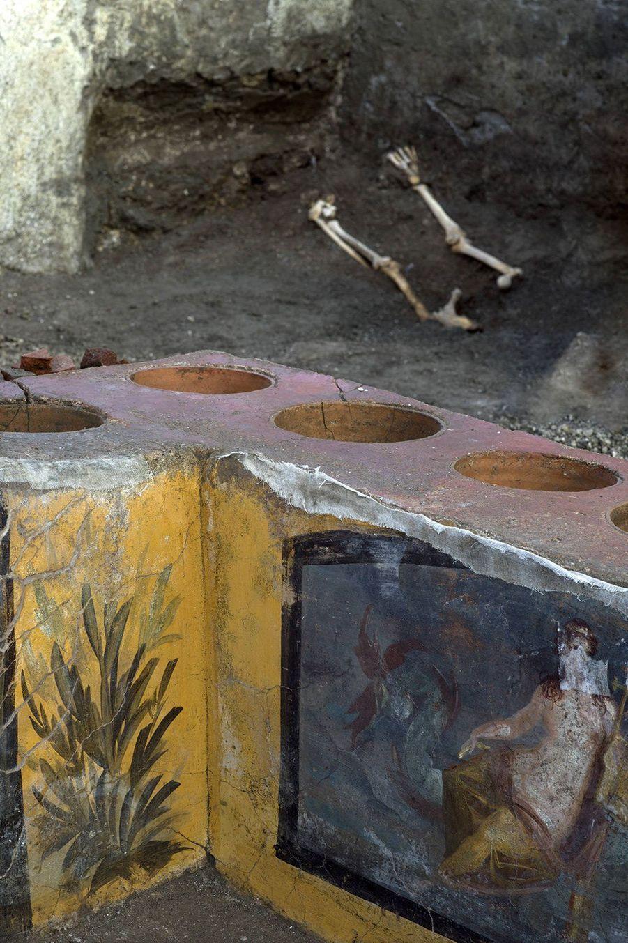 Les scientifiques ont retrouvé dans les creusements de la table des reliefs alimentaires qui pourraient apporter de précieuses informations sur les habitudes gastronomiques àPompéiau moment de l'éruption du Vésuve en 79 après JC.