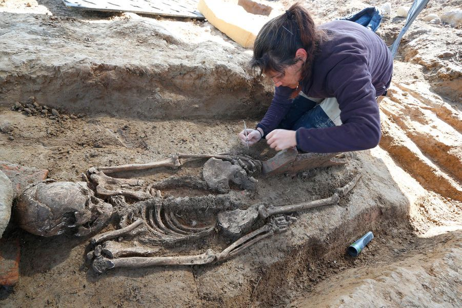 Un squelette trouvé dans la tombe souterraineétrusque.