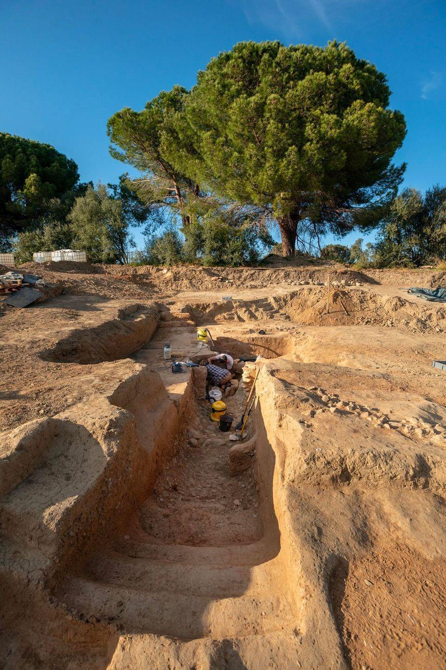 Tombe étrusque, avec, au premier plan, les marches et le couloir conduisant à la chambre funéraire initialement creusée dans la roche.