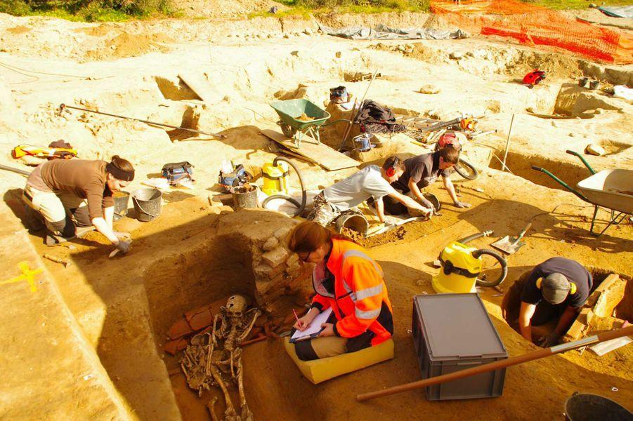 Découverte d'une nécropole romaine et étrusque à Aleria-Lamajone en Corse. Ici, l'anthropologue et les archéologues fouillent divers types de sépultures (adulte, jeune, incinération).