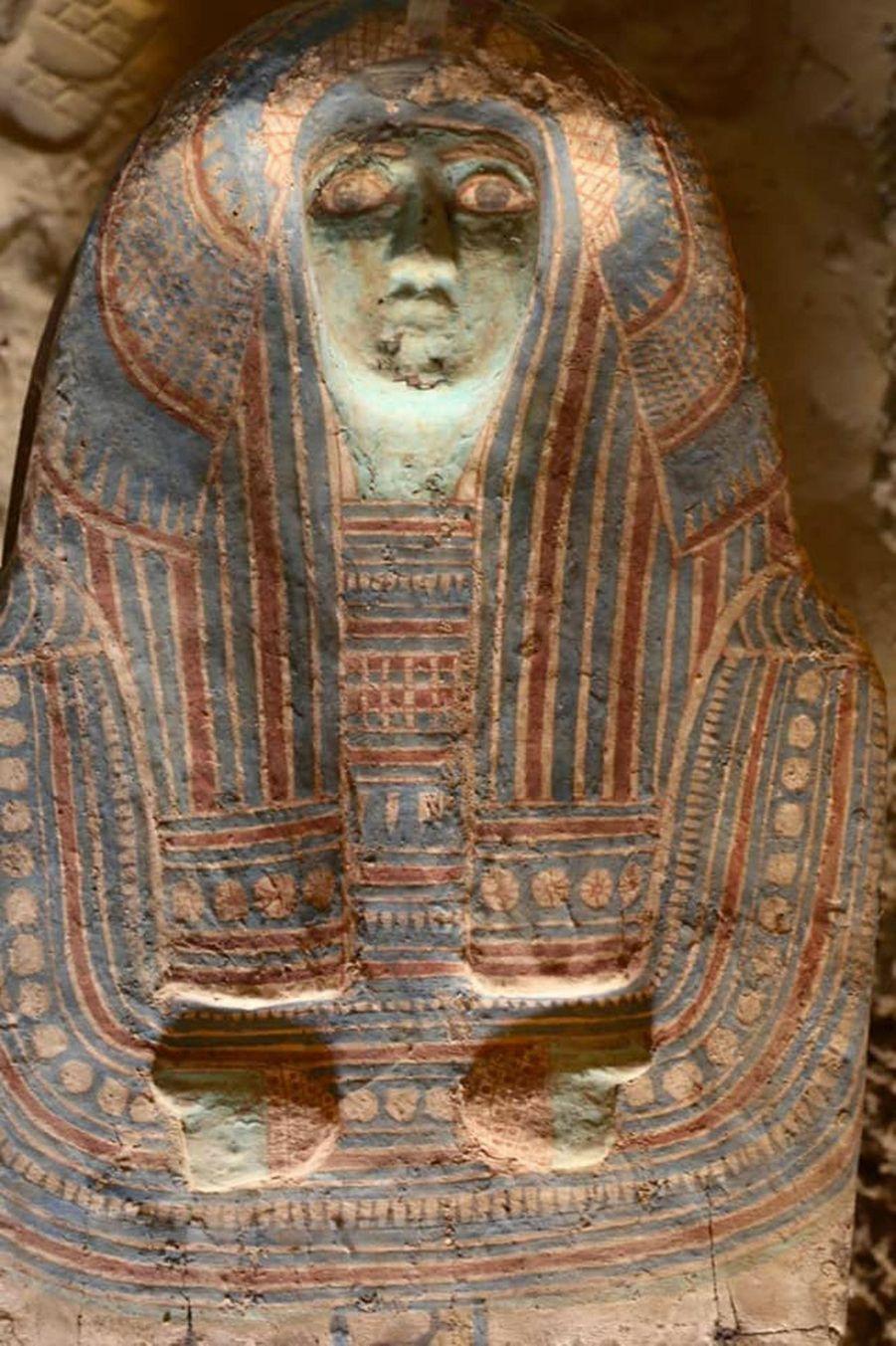 Un des quatre sarcophages de la tombe, joliment décoré.