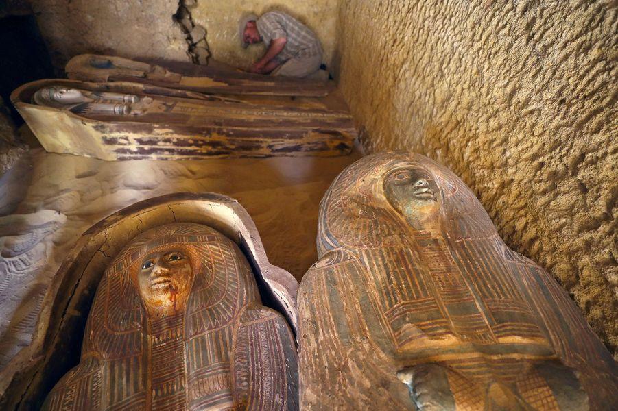 Vue des sarcophages de la tombe.