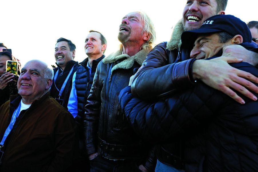 L'émotion du big boss : Richard Branson entre, de g. à dr., Alex Tai, directeur des projets spéciaux Virgin, George Whitesides, directeur général de Virgin Galactic, Sam Branson, fils du milliardaire, et Peter Diamandis, créateur de la Fondation X Prize.