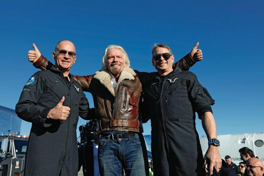 Autour de Richard Branson, le copilote Rick Sturckow, dit « CJ » (à g.), et le pilote Mark Stucky, dit « Forger », détenteur, désormais, des fameuses « ailes des astronautes ».