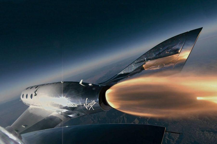 Jeudi 13 décembre, à 15 000 mètres d'altitude. Larguée par un avion porteur, la navette SpaceShipTwo « VSS Unity » allume son réacteur.