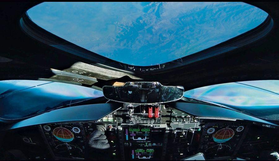 « En haut, j'ai retourné la navette, toit en bas, et je l'ai fait voler à reculons, raconte Mark Stucky. En même temps qu'on s'éloignait vers l'espace noir d'encre, on avait une vue incroyable sur la Terre. C'était génial ! »