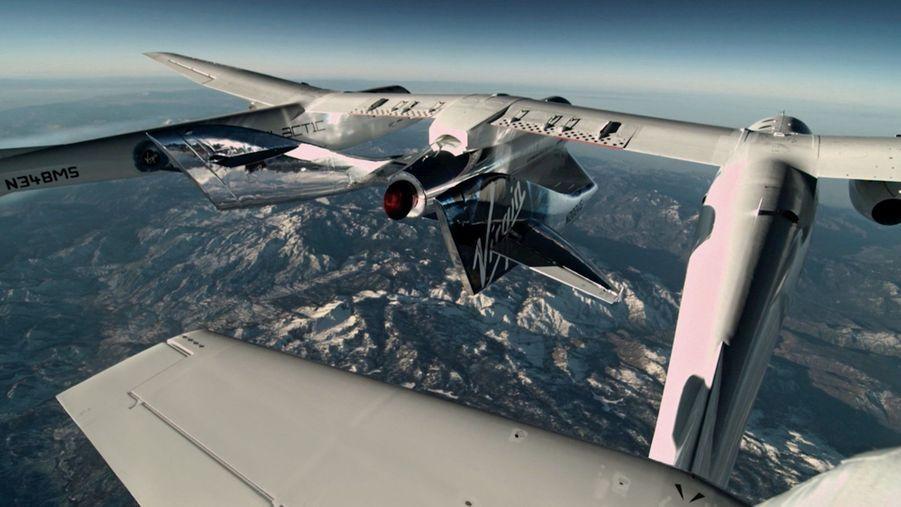 SpaceShipTwo n'a pas encore pris son envol. Elle sera larguée moteur éteint, à 15 000 mètres d'altitude. Ce « décollage » hors-sol permet de réduire sa consommation de carburant.