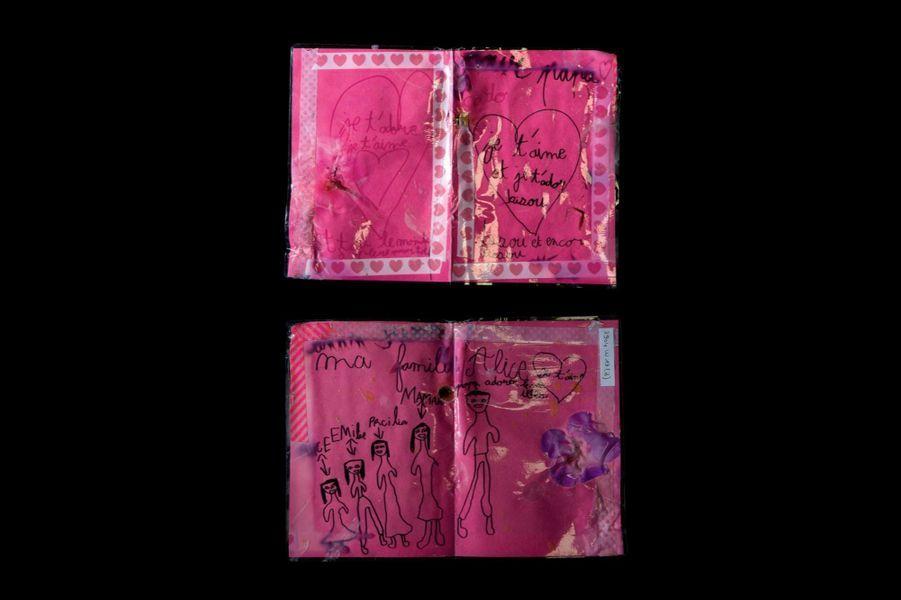 Les dessins d'Alice, Bataclan (3904W). Considérés comme des archives, ces témoignages d'émotion sont désormais classés par numéro de référencement.