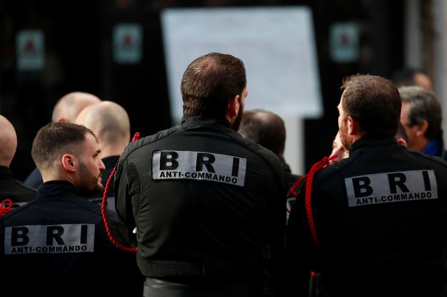 Des membres de la BRI devant le Bataclan.