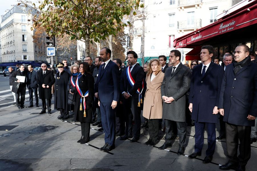 Hommage devant le Comptoir Voltaire.