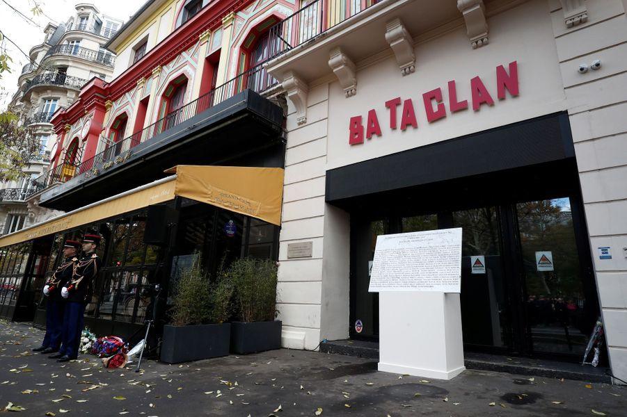 Cérémonie hommage devant le Bataclan où 90 personnes ont été tuées.
