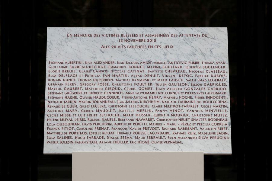 La plaque commémorative devant le Bataclan.