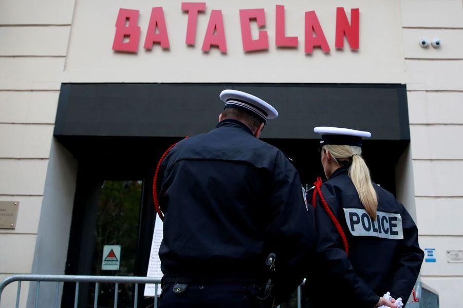 Cérémonie d'hommage devant le Bataclan.