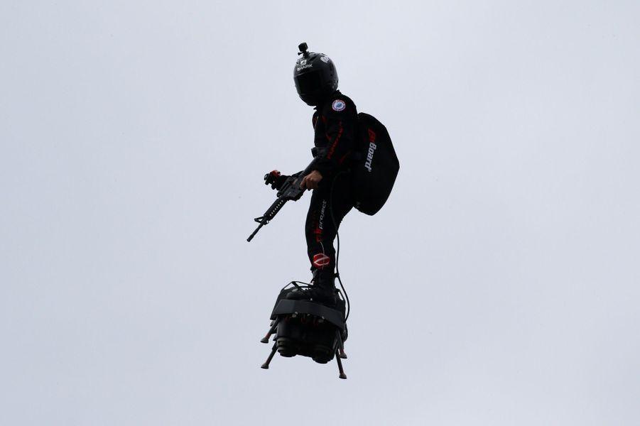 """FrankyZapata surson """"Flyboard"""",""""homme volant""""au-dessus des Champs-Elysées dimanche lors du traditionnel défilé du 14-juillet."""