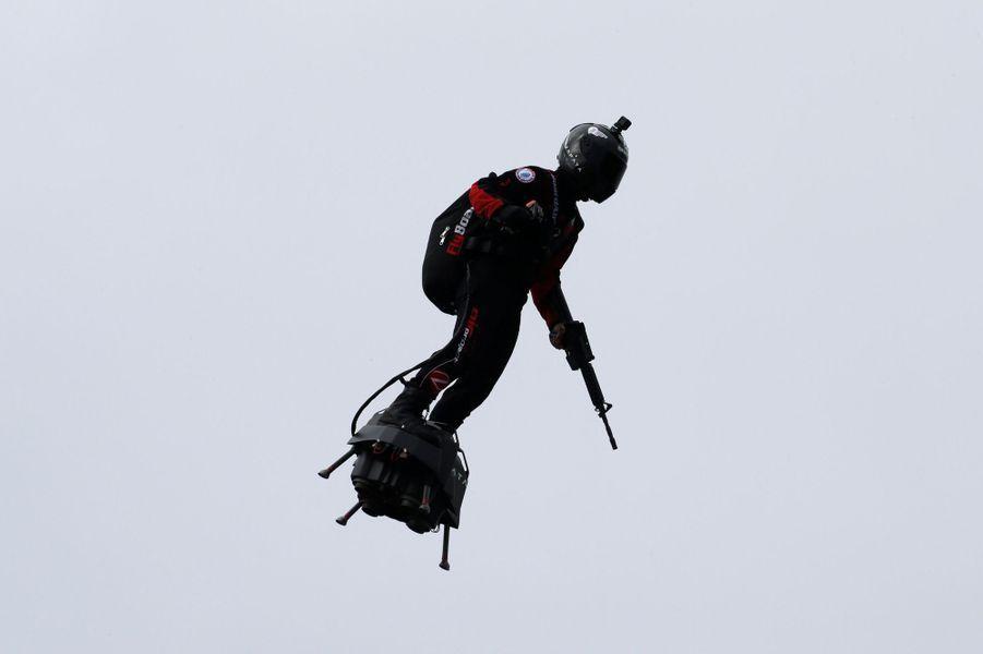 """FrankyZapatasurson """"Flyboard"""",""""homme volant""""au-dessus des Champs-Elysées dimanche lors du traditionnel défilé du 14-juillet."""
