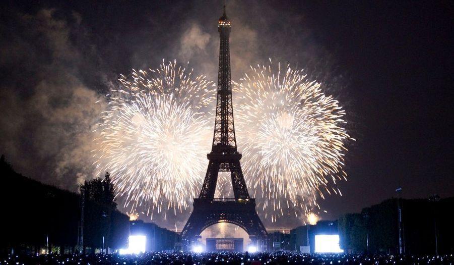 """Le traditionnel concert du 14 juillet a rassemblé entre 500 000 et un million de personnes sur le Champ-de-Mars, à Paris. L'apothéose de cette journée de commémoration fut incontestablement le feu d'artifice. Baptisé """"les comédies musicales, de Broadway à Paris"""" , le spectacle pyrotechnique a été orchestré par Lacroix Ruggieri. Tour d'horizon des feux d'artifices qui ont illuminé le ciel de l'Hexagone."""