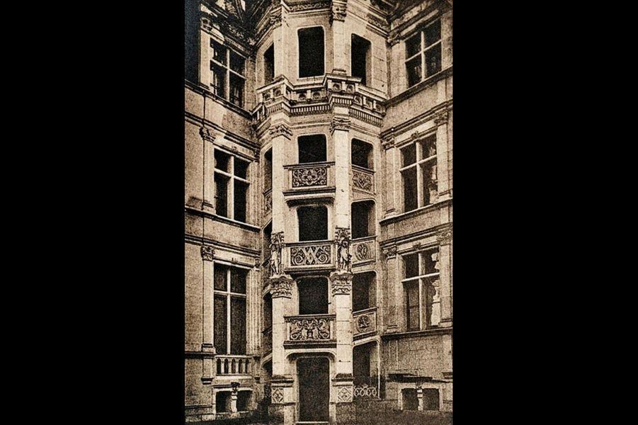 Avant-après, l'escalier « hors d'oeuvre » inspiré de celui du château de Blois. Comme lui, il est édifié dans une cage octogonale, aujourd'hui à ciel ouvert.