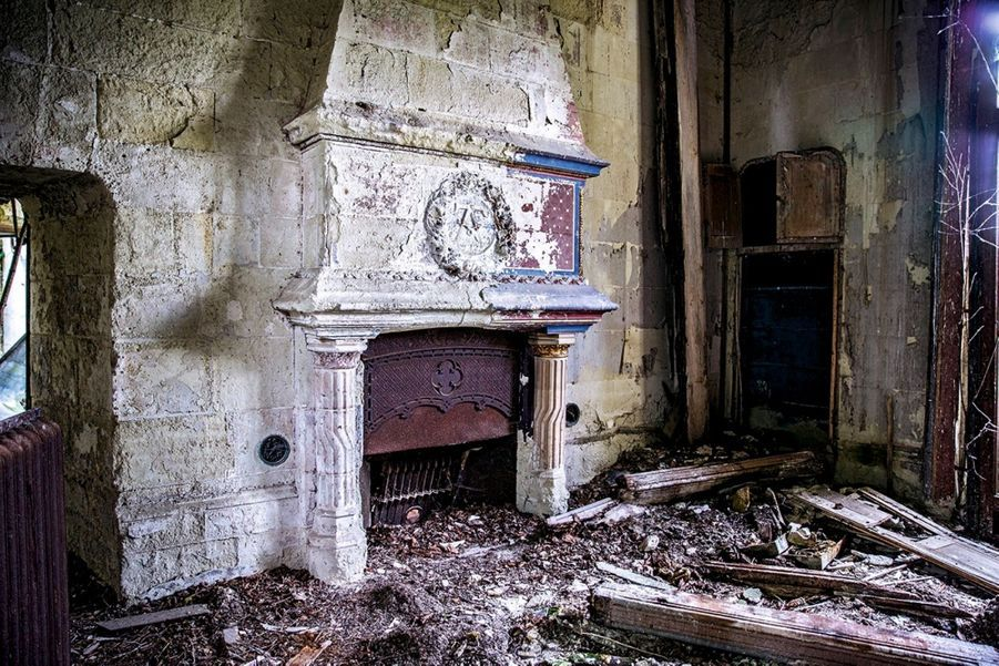 Un décor monumental dont il reste peu d'éléments, comme cette cheminée, ci-dessus.