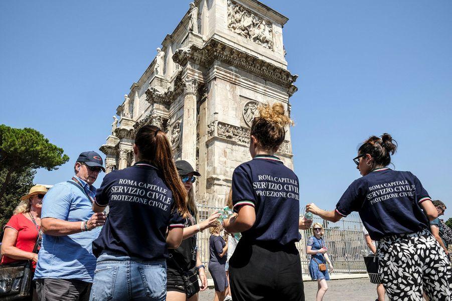 A Rome (Italie), où chacun peut déjà se désaltérer gratuitement aux fontaines publiques, la protection civile distribuait quand même des bouteilles d'eau aux touristes.