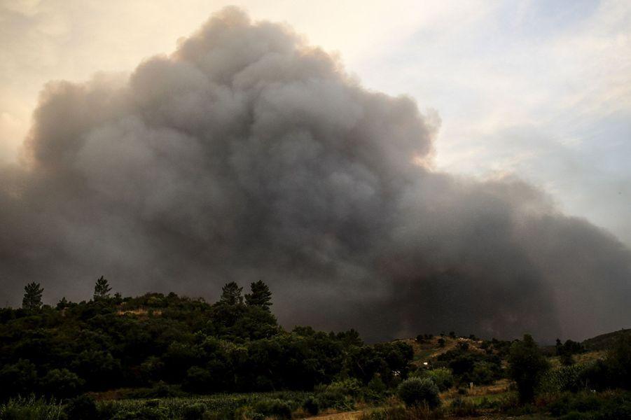A Monchique (Portugal), le feu de forêt qui s'est déclenché vendredi dans la chaîne de montagne du sud du pays ne faiblit pas: la ville s'est réveillée lundi matin sous un épais nuage de fumée, le sinistre s'approchant.