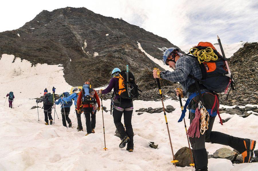 Les marcheurs qui crapahutent sur le Mont-Blanc doivent redoubler de vigilance. Le préfet de Haute-Savoie a annoncé la présence d'un risque important de chutes de pierres dû à la canicule.