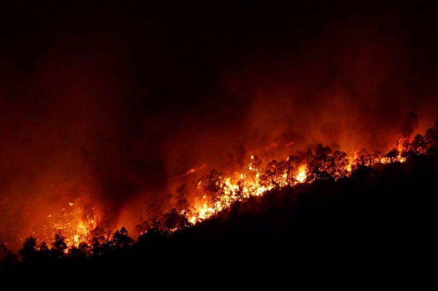 Les pompiers espagnols parvenaient eux à prendre contrôle d'un incendie qui s'est déclenché dimanche à Almonaster la Real, dans la province de Huelva, en Andalousie (sud-ouest), région de pins et d'eucalyptus.